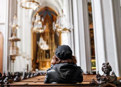 Twintiger alleen in de kerk